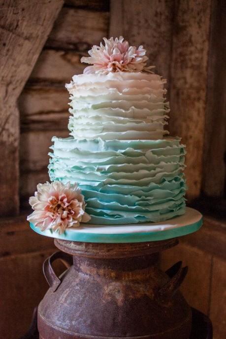 Un ruffle cake qui joue sur le dégradé entre le bleu et le rose. Quelques fleurs pour décorer et le tour est joué.