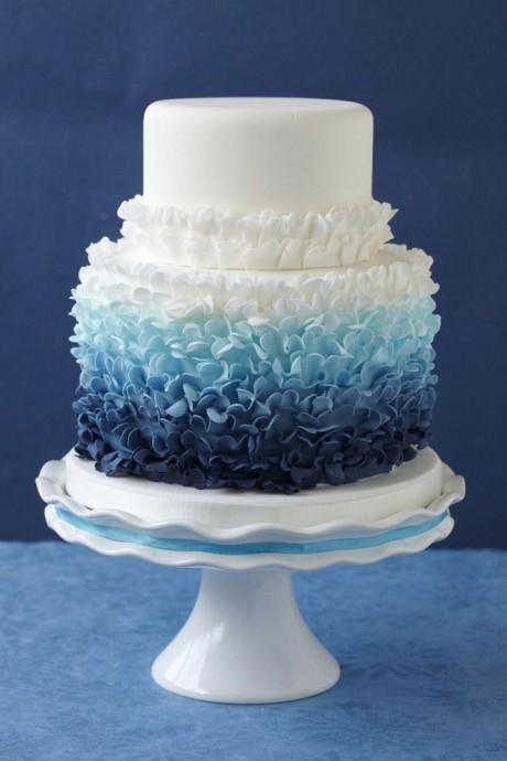 Si vous faites le choix d'un mariage sur le thème de la mer, ce ruffle cake sera parfait : non seulement grâce à sa couleur bleue, mais aussi parce que ça forme n'est pas sans rappeler les vagues de l'océan
