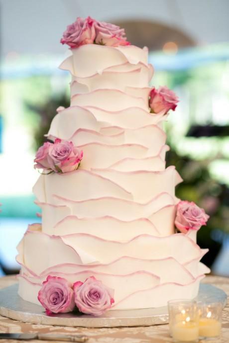 Le ruffle cake dans sa version la plus romantique : blanc avec quelques touches rosées.
