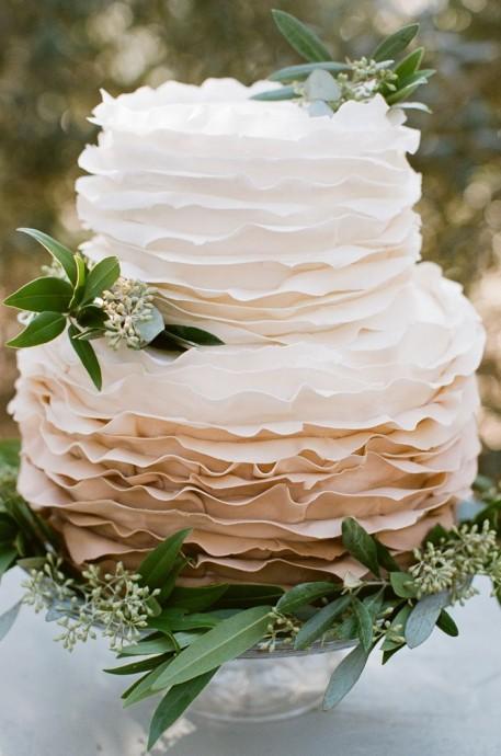 Ce ruffle cake de deux étages est parfait pour un mariage provençal avec ses feuilles d'olivier