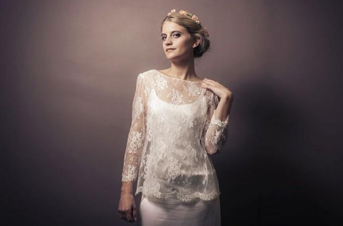 """Stéphanie Wolf nous propose son haut """"Aimée"""". On aile la dentelle très légère et les manches. Un accessoire chic et glamour parfait avec une robe empire."""