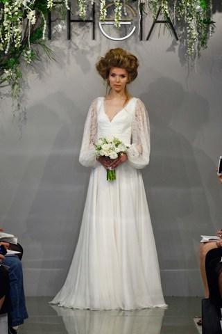 Theia affirme le retour des manches bouffantes pour les robes de mariée avec délicatesse.