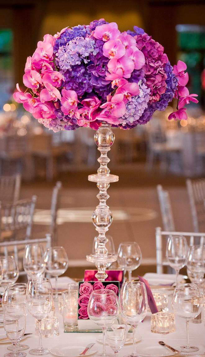 centre de tables fleurs roses et violettes mariage