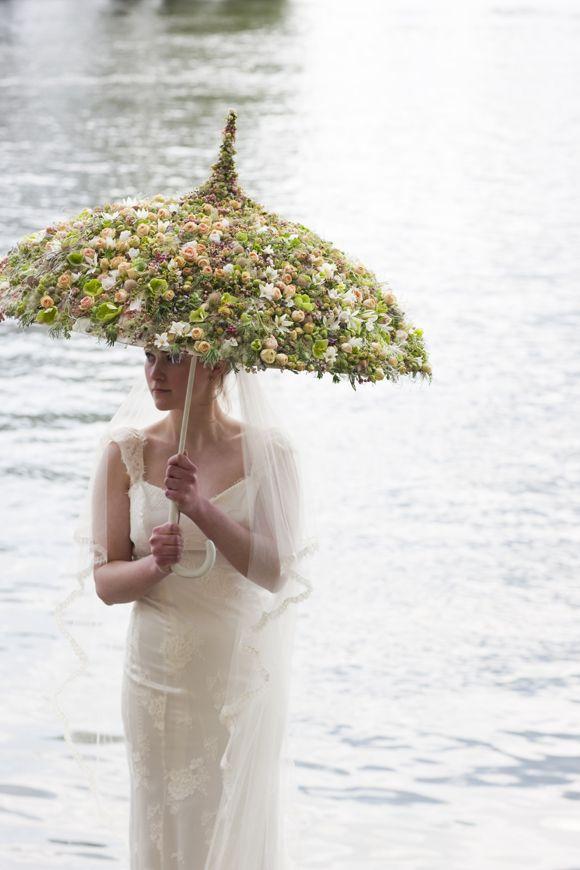 mariee avec ombrelle fleurie eau