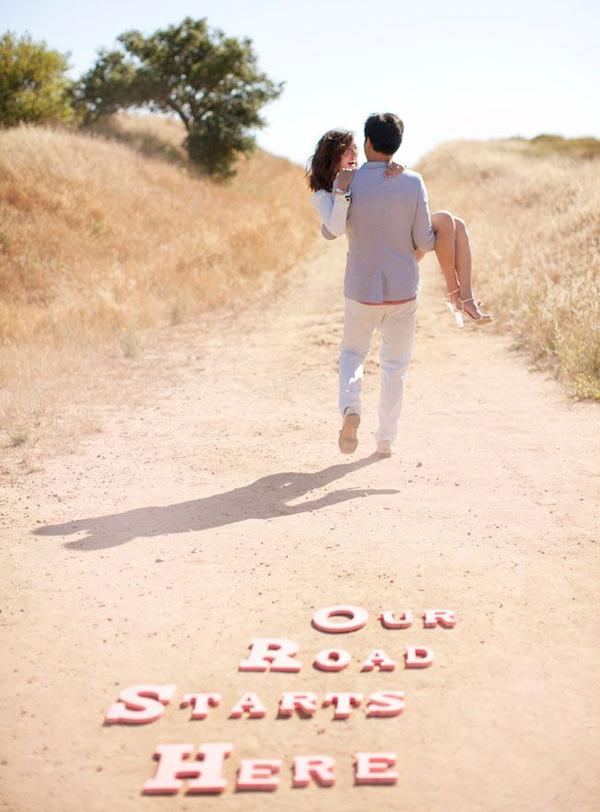 maries heureux et amoureux marchent sur le sable