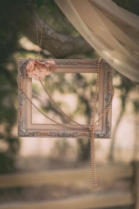 Si vous faites le choix d'un mariage vintage, vous pouvez décorer votre maraige avec des cadres accessoirisés de colliers ou de fleurs pastels.
