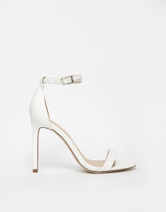 Rendez-vous sur Asos pour vous procurer ces souliers blancs, épurés et élégants au prix de 51,99€. Ces chaussures sont signés Hoaxer. Référence : 599675.