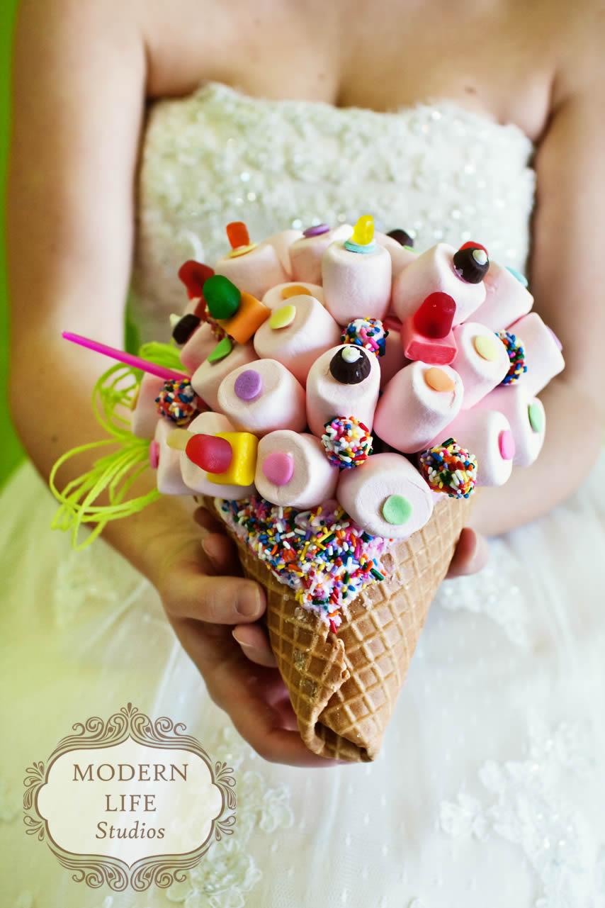 Un cornet de glace, rempli de marshmallow. Cela donne envie de se marier juste pour avoir ce magnifique bouquet !