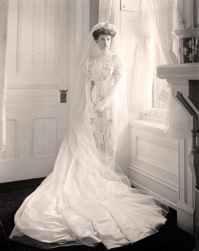 La robe vedette ? Le corset aux manches bouffantes. Les longs gants ainsi que le col haut étaient aussi à la mode.