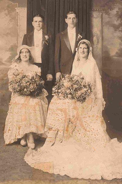 Avec la crise économique, les femmes ne se marient que dans des robes peu chers. Elles faisaient souvent parties de leur garde-robe. Ou sinon, elles étaient acheter dans le but de les ré-utiliser après le jour J !