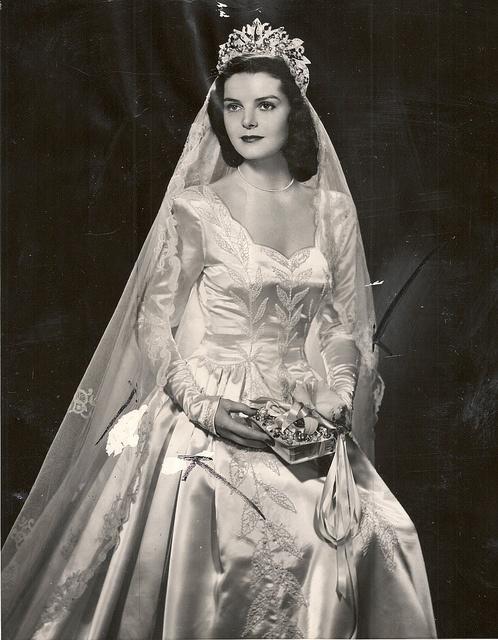 A cause de la guerre, les fonds étaient limités. Les femmes ont appris à se servir de leur rideaux pour se créer leurs propres voiles.  Épaules arrondies et manches froncées, ces robes avaient des allures de contes de fée !