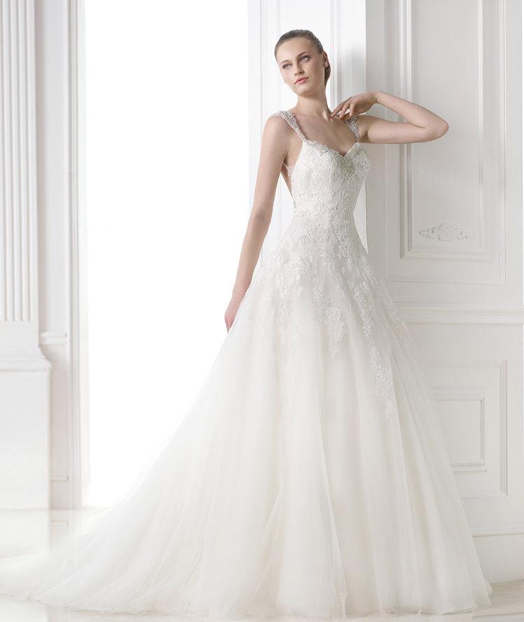 Cette année, les robes sont beaucoup plus moulantes. On ose enfin le décolleté, et même les bretelles ! Des robes très sexy pour les futures mariées.