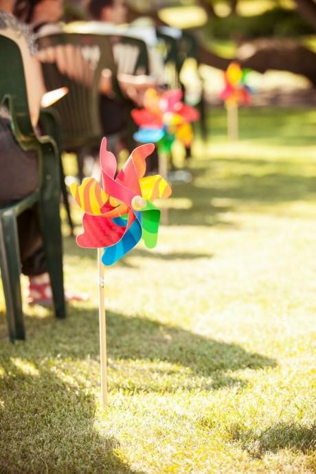 Des petits moulins à vent de toutes les couleurs pour décorer votre allée de mariage.