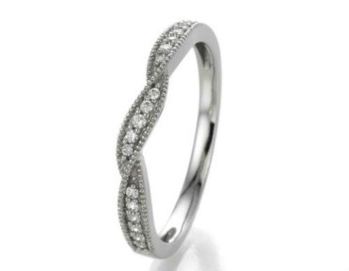 On craque pour cette alliance en or blanc 18 carats et diamants. Le dessus de l'anneau est torsadé, formant de jolies courbes. Un petit twist qui apporte de l'originalité à cette bague facile à porter. En plus, avec pas moins de 17 diamants sertis tout autour de la tresse, elle brille de mille feux ! Alliance « Selma », Carat et moi, 499 euros.