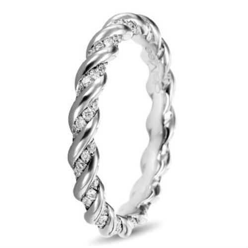 Pour clore cette sélection, voici une alliance similaire à la précédente de par sa forme, mais faite en or blanc et sertie de diamants. La tresse est ici plus étirée, pour accueillir des rangées de pierres précieuses scintillantes au sein de ses boucles. Les diamants sont donc enroulés dans la torsade, comme lorsque l'on s'attache des bijoux de cheveux autour de nos nattes. Alliance torsade diamants, Diamee, 1 850 euros.