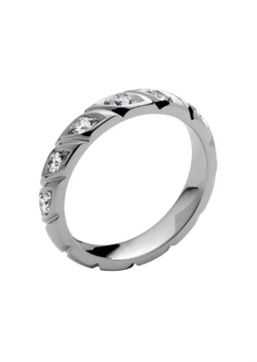 Autre style de bague tressée, celle-ci est faite pour sa part en platine et sertie de diamants. Elle est composée de gouttes ovales obliques, collées l'une après l'autre, et renfermant pour chacune un diamant taille brillant. Comment résister à cette découpe peu commune et à ces pierres précieuses ? Alliance torsade, Chaumet, 3 310 euros.