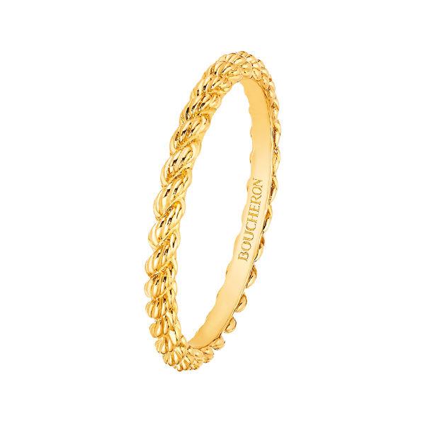 On adore également cette alliance en or jaune, intemporelle, assez sobre mais très élégante. La maison Boucheron explique avoir voulu présenter ici l'un des motifs emblématiques de la marque, le serpent. C'est vrai que devant cette belle torsade on se représente bien un serpent qui s'enroule autour de l'anneau. En plus, ce motif serait un symbole d'amour, de protection et de bonheur conjugal. On a envie d'y croire ! Alliance « Serpent bohème », Boucheron, 660 euros.