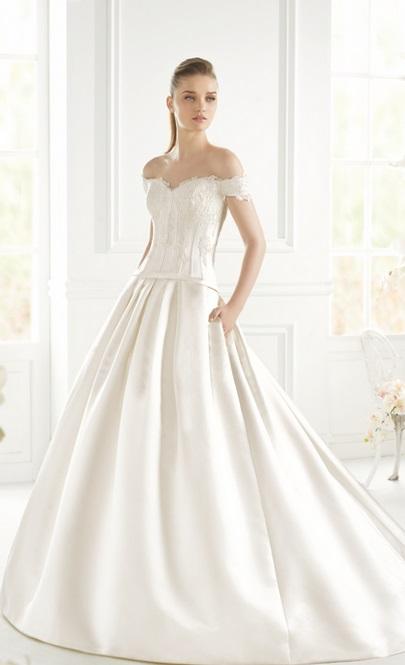 Une robe d'inspiration bohème, des épaules dénudées et des poches délicatement intégrées à la jupe, cette robe sera très jolie pour un mariage de princesse bohèmienne. Modèle Gordim de chez Avenue Diagonale