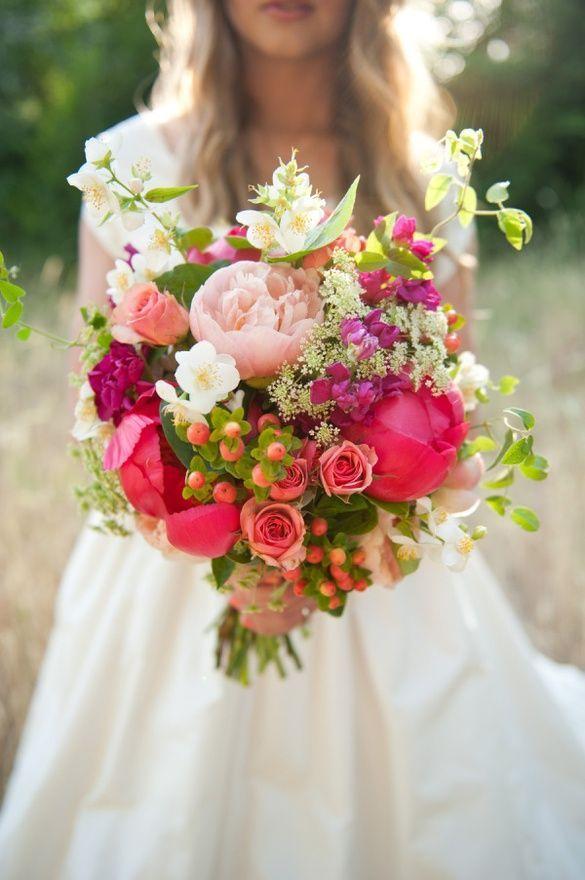 Wahou ! Ce beau et gros bouquet de mariée plein de couleurs nous donne du pep's pour l'été ! Quelques baies et fleurs des champs sont disséminées dans  la composition pour donner l'esprit estival qu'on recherche. Et ça fonctionne !