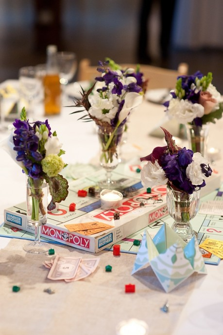 Une table Monopoly pour un mariage enfantin avec un plateau de jeu pour centre de table.