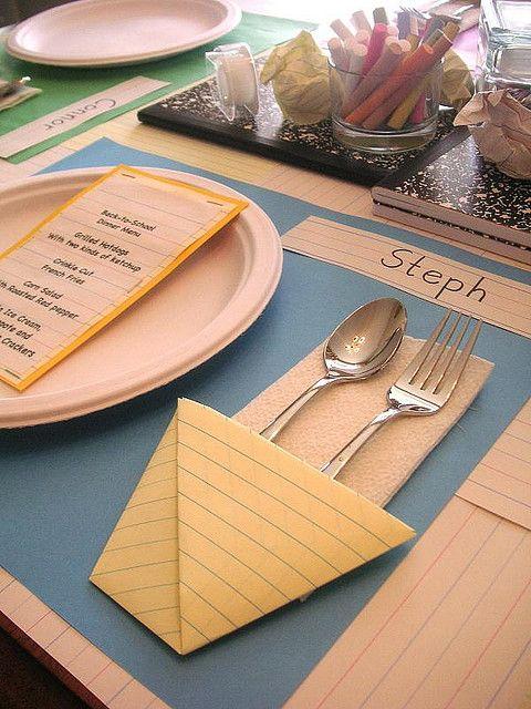 Un set de table sur le thème de l'écolet et de l'enfance avec cahier et écriture de notre enfance.