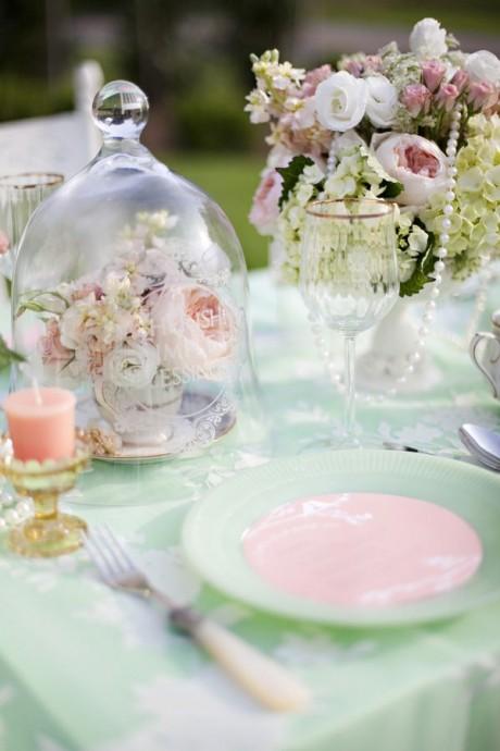 Le romantique à l'état pur : des nappes et des assiettes vert d'eau délicatement entrecoupées de touches rose poudré.