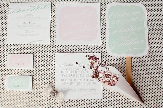 Des invitations tout en douceur alternant rosé poudré et vert d'eau pour un mariage romantique et raffiné.