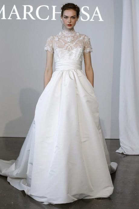 Robe romantique de princesse nous à séduit grâce à un bustier recouvert d'une délicate dentelle à manches courtes. Modèle n°16 de chez Marchesa.