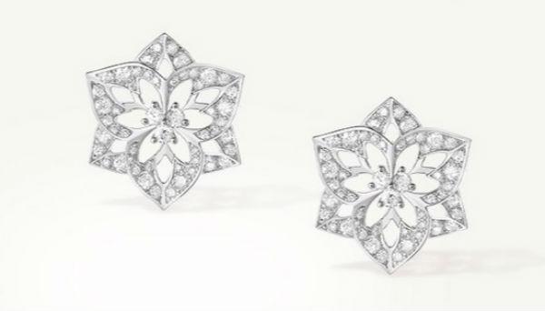 On clôt cette sélection de 10 bijoux en forme de fleurs par une paire de boucles d'oreilles discrètes mais très élégantes. Chez Boucheron, la pensée est l'une des fleurs préférées de la maison. On la retrouve ici sur ces puces d'oreilles en or blanc et diamants. Sans couleur, la fleur nous fait presque penser à un flocon de neige. Légèrement ajourée par endroits, elle est intégralement sertie de diamants : on en compte 114 ! Puces d'oreilles Pensée de diamants, petit modèle, en or blanc 750/1000e et diamants ronds, Boucheron, 9 600 euros.
