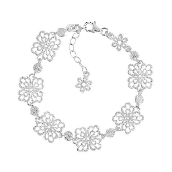 On a également craqué pour ce bracelet au prix doux. Pas de pierre de couleur ici mais un travail très délicat autour de fleurs ajourées. Elles ont un format carré, à 4 pétales, et sont entourées de part et d'autre de pièces du même métal. C'est un bijou qui pourra aisément s'assortir avec le reste de votre parure de mariée. En plus, vous pouvez régler la taille du bracelet à l'aide de la petite chaîne autour du fermoir. Très pratique ! Bracelet en argent 925, Maty, 69 euros.