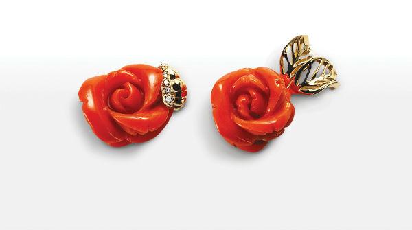 Parce que l'on a bien le droit de rêver, nos yeux s'illuminent devant ces boucles d'oreilles en forme de roses, d'une belle teinte rouge-orangé. La grande maison de luxe nous propose ici l'une des fleurs les plus plébiscitées pour les mariages en bijou. On aime le découpé de la rose, très réaliste ainsi que le fait, très original, que la boucle droite et la gauche ne sont pas exactement similaires : l'une des roses est entourée de 2 belles feuilles dorées, tandis que l'autre côtoie une petite abeille à strass venue la butiner. On espère gagner au Loto pour pouvoir s'offrir ces merveilles ! Boucles d'oreilles Rose Dior Pré Catelan, en or jaune 750/1000e et corail rouge, Dior, 11 800 euros.