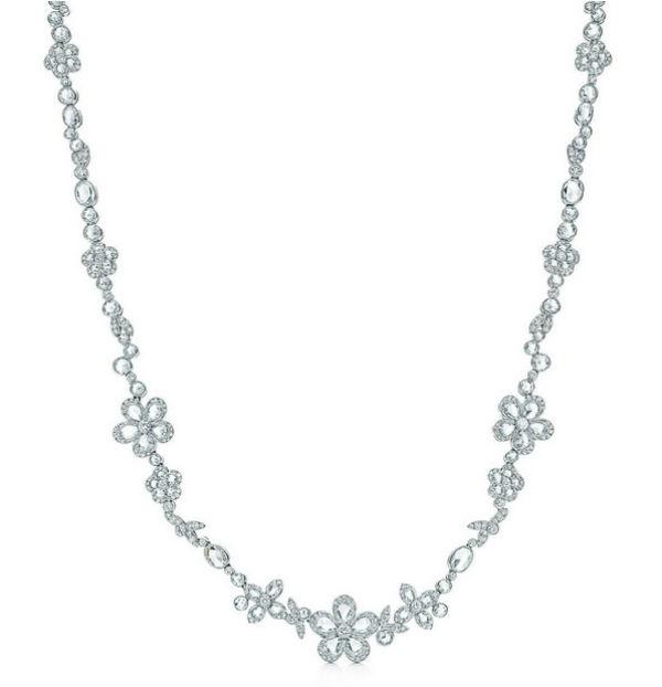 Côté colliers, que pensez-vous de celui-ci, digne d'une princesse ? Il est serti d'une multitude de diamants, en cercles, en feuilles ou en belles fleurs. Quoique très luxueux, ce bijou n'est pas trop ostentatoire. Il ornera à merveille votre décolleté, et fera de vous une héroïne digne des contes de fées. Idéal si votre robe est très sobre. Collier fleur en platine et diamants, Tiffany Enchant, prix non communiqué.