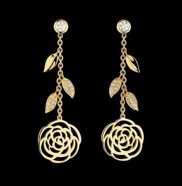 La fleur, et plus particulièrement le camélia, est un motif que l'on retrouve souvent dans les bijoux de la grande maison Chanel. On rêve devant ces boucles d'oreilles pendantes en or jaune. En haut de la boucle, un diamant encerclé d'or retient une chaîne sur laquelle sont accrochées 3 petites feuilles, dont 2 serties de diamants. La boucle se termine par le camélia, tout en rondeurs. Très luxueuses, elles se marieront cependant très bien avec un thème bohème et des cheveux lâchés. Boucles d'oreilles camélia en or jaune 18 carats et diamants, Chanel, 6 100 euros.
