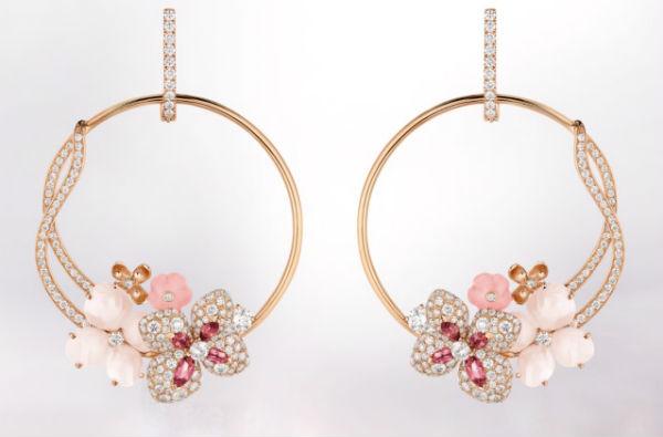 Après les camélias, autre fleurs à être représentées en bijoux : les hortensias. Cette paire de boucles d'oreilles peut constituer à elle seule le double de notre budget de mariage, mais on continue d'avoir les yeux qui brillent devant. Ce sont des créoles en or rose, serties de trois sortes de pierres précieuses : de l'opale peau d'ange et rose, des tourmalines rose navette… et pas moins de 328 diamants taille brillant ! On aime le côté des créoles, qui se dédouble et scintille de mille feux dans une jolie courbe. Au bas de la boucle, les fleurs dans les tons roses donnent une touche extrêmement romantique au bijou. On adore ! Boucles d'oreilles Hortensia, Chaumet, 29 000 euros.