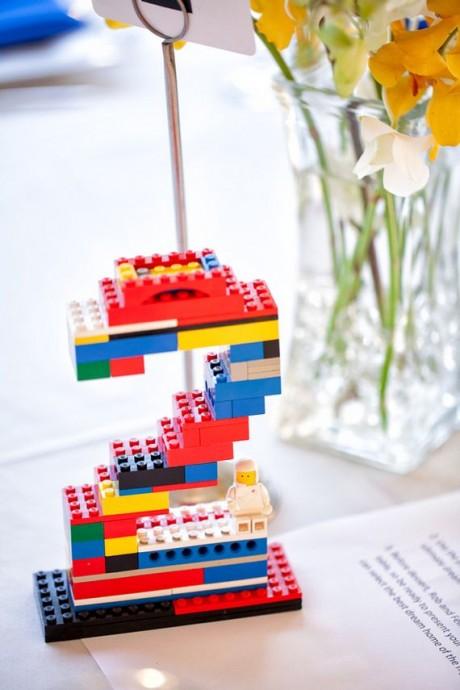 Allez, on embauche la famille et on fabrique ses numéros de table avec des legos !