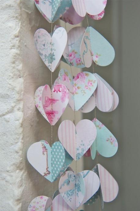 Des petits coeurs pastels en papier  pour décorer votre salle de mariage.