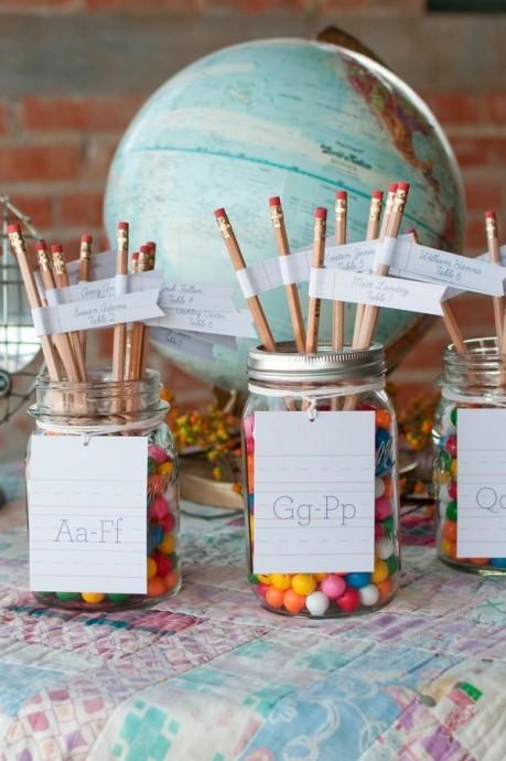 L'enfance, c'est aussi l'école. Et quoi de mieux qu'un crayon à papier et une étiquette à prénom pour rappeler l'école ? Une jolie manière d'indiquer la table de chaque invité.