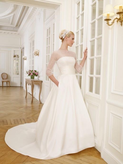 Coup de coeur pour cette robe et son tulle très fin qui vient couvrir les épaules et les bras de la mariée. Un jupon droit avec deux petites poches quasi-invisibles. Modèle Duphot de chez Pronuptia.
