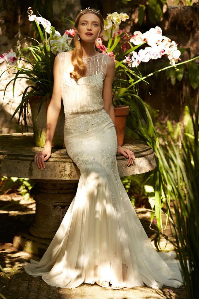 On a également jeté notre dévolu sur cette robe à la coupe sirène, qui mettra en avant vos belles courbes. Son col bateau est arrondi, elle est sans manches et recouverte de sequins brillants, comme sur les robes des années folles. Elle est ceinturée à la taille, possède un jupon plissé ainsi qu'un décolleté en V dans le dos, garni d'un beau jeu de transparences. Robe Magnolia, 2 050 dollars (environ 1 861 euros), BHLDN.