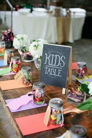 Si vous vous mariez sur le thème de l'enfance, n'oubliez surtout pas la table des enfants. N'hésitez pas à  y mettre de la couleur, des crayons et du papier pour les occuper pendant le repas.