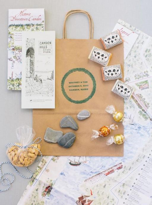 Bord de mer, galet, chocolat et plan des lieux, ce welcome bag est parfait pour un mariage sur le thème de la mer, ou un mariage breton.  Mention spéciale au tampon qui sert à personnaliser le sac en kraft