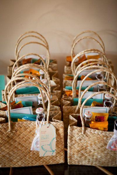 Wedding Gift Ideas Destination Wedding : Un adorable panier en osier qui cache une petite biere, quelques ...