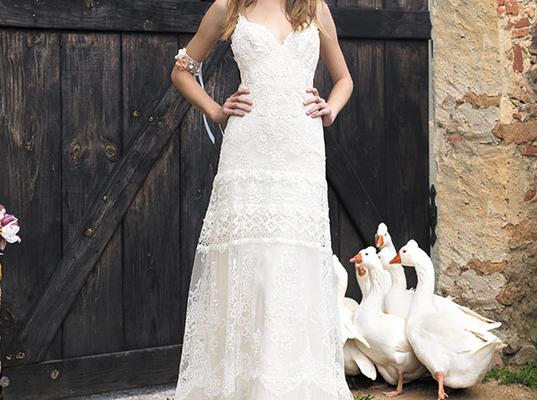 Yolan Cris nous propose avec sa robe Angie issue de sa collection 2015 un look très estival et boho. On reste nature pour cette robe avec les cheveux lâchés et wavy et pourquoi pas des décorations florales ?