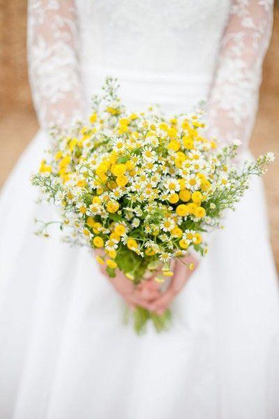 coup de coeur pour ce bouquet tout en simplicité composé de marguerites et pissenlits. On y aurait pas pensé, et pourtant ça fonctionne complètement. Esprit bohème et romantique pour un look d'été réussi !