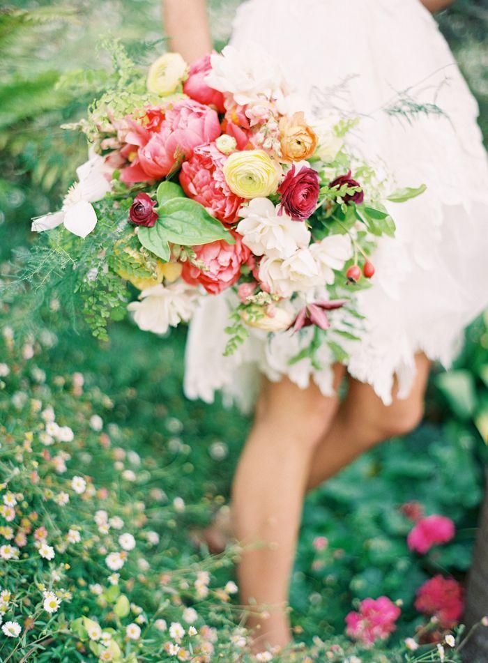"""Féerique ce bouquet forestier composé de plantes grasses, fougères et baie dans des tons punchy. Esprit """"balade en forêt"""" assuré tout en gardant beaucoup de classe pour votre look de mariée."""