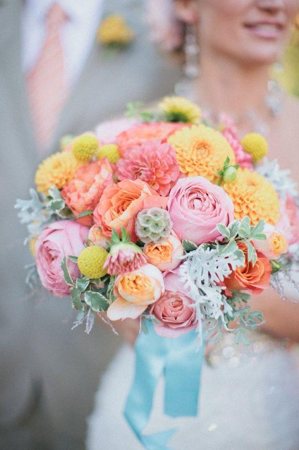 Les dahlias sont des fleurs d'été qui sont faites pour rendre de beaux bouquets. Mélangez le tout avec des plantes grasses, quelques roses et des couleurs estivales, vous obtiendrez un bouquet de mariée magnifique !