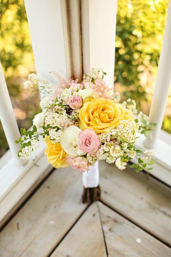 Le jaune et le rose, en voici de belles couleurs pour votre bouquet. Les roses jaunes sont de véritables soleils dans votre composition le tout agrémenté de petites fleurs des champs donne un bouquet plein de joie.