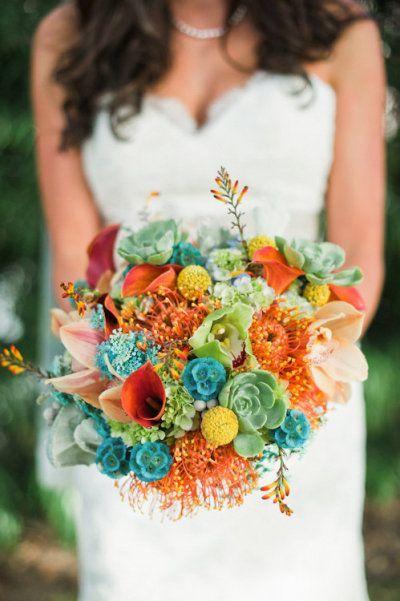 Dans ce bouquet c'est les couleurs acidulées très punchy qu'on adore ! La diversités des variétés de fleurs mixée à des couleurs tangerines et turquoises égaye votre look de mariée. Parfait pour l'été !