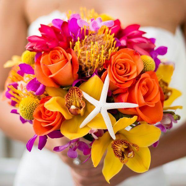 Les roses et les orchidées sont des fleurs qu'on peut trouver à toutes les saisons. Mais avec ces couleurs vives et cette étoile de mer, on se croirait presque les pieds dans l'eau. Et hop, un vent de vacances s'invite dans votre look.