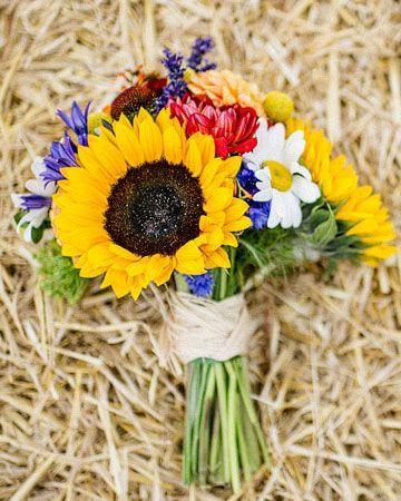 Bouquet champêtre par excellence ! On les croiraient presque cueillies dans votre jardin. Tournesols, marguerites, violettes et coquelicots seront vos alliés de choc pour un bouquet très estival aux couleurs vives !